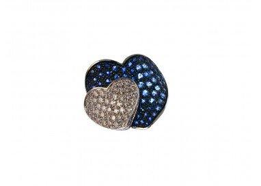 Anello Doppio Cuore con Zaffiri Blu e Diamanti in Oro Bianco 18kt dall'alto in obliquo