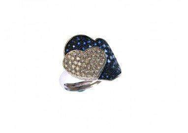 Anello Doppio Cuore con Zaffiri Blu e Diamanti in Oro Bianco 18kt lato 2