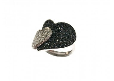 Anello Doppio Cuore con Diamanti Neri e Bianchi in Oro Bianco 18kt foto lato 3