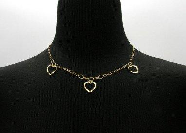 Collana 3 cuori forati oro giallo 18kt foto su collo